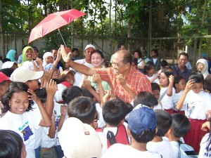 Idham Samawi with children